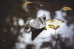 Papierboot in einem Pool Lizenzfreie Stockbilder