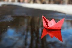 Papierboot in einem Pool Lizenzfreie Stockfotos