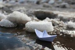 Papierboot in einem Pool Stockfotografie