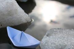 Papierboot in einem Pool Lizenzfreies Stockfoto