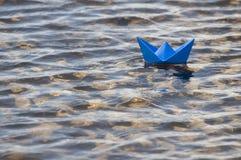 Papierboot im Wasser stockfotos