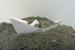 Papierboot mit Sand Lizenzfreie Stockbilder