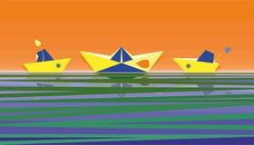 Papierboote auf einem orange Hintergrund stockfotos