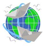 Papierbootssegel um die Planet Erde Lizenzfreie Stockfotos