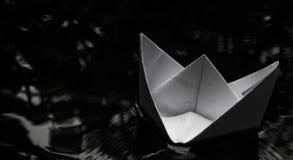 Papierbootssegeln auf Wasseroberfläche Stockfotos