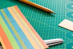 Papiercrafter ` s Arbeitsplatz Stockfoto