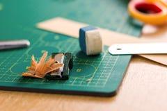 Papiercrafter ` s Arbeitsplatz Stockfotos