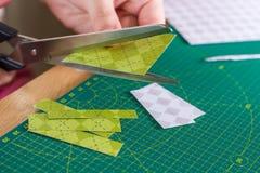 Papiercrafter schneidet Einklebebuchpapier Stockbild