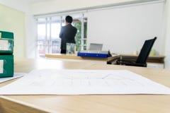 Papierdiagramme auf dem Schreibtisch stockfotos
