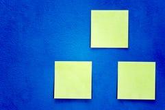 Papiere auf der Wand Stockbilder