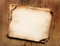 Papiere auf hölzerner Tabelle Stockfotos