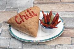 Papiere des heißen Paprikas mit Brot auf einer Platte Lizenzfreie Stockfotos