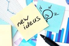 Papiere mit Diagrammen, Aufklebern und neuen Ideen Stockfoto