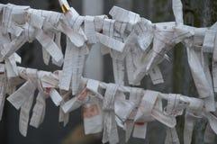Papiere Omukuji oder der Wahrsagerei stockfotografie