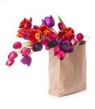 Papiereinkaufstasche mit bunten Tulpen im Frühjahr Stockfoto