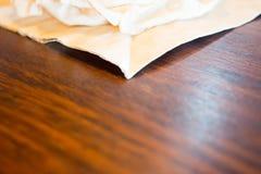Papieren zakdoekje op houten achtergrond Stock Afbeeldingen