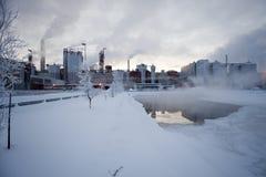 Papierfabrik im Winter Stockbild