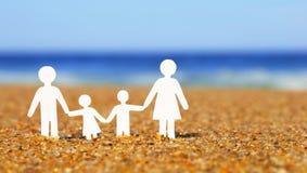 Papierfamilie auf dem Strand familie lizenzfreies stockfoto
