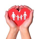 Papierfamilie in den Händen lokalisiert auf weißem Hintergrund. Liebe Lizenzfreies Stockbild