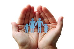 Papierfamilie in den Händen lokalisiert auf weißem Hintergrundwohlfahrtskonzept Lizenzfreie Stockfotos