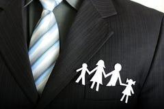 Papierfamilie in einer Tasche Lizenzfreies Stockfoto