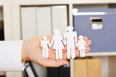 Papierfamilienschattenbild in einer Hand Lizenzfreies Stockfoto