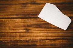 Papierfetzen auf Holztisch Stockbild