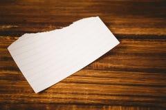 Papierfetzen auf Holztisch Stockfotografie