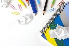 Papierfetzen, farbige Bleistifte und Notizbuch Stockbild