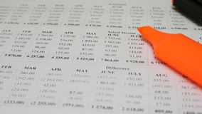 Papierfinanzbuchhaltungskonto-Dokument stock video