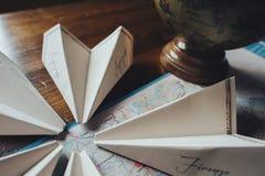Papierfläche auf der Reisekartensymbolisierung und teurer Reise Lizenzfreie Stockfotografie