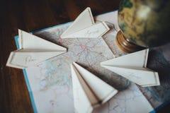 Papierfläche auf der Reisekartensymbolisierung und teurer Reise Lizenzfreies Stockbild
