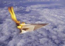 Papierflugzeug auf Feuer Stockbilder