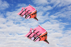 Papierflugzeug auf Winterwolken Lizenzfreies Stockbild