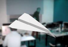 Papierflugzeug im Büro Stockfotografie