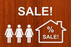 Papierfrauen und Haus mit VERKAUFS-Text Abstraktes Begriffsbild Stockfotografie