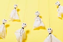 Papiergeister, furchtsames Halloween-Handwerkskinderkonzept stockfotografie