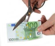 Papiergeld met schaar wordt gesneden die Devaluatieconcept royalty-vrije stock afbeeldingen