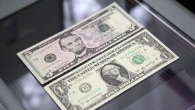 Papiergeld op de glasscanner stock footage