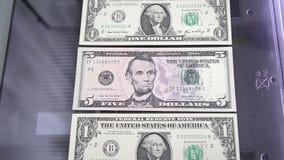 Papiergeld op de glasscanner stock videobeelden