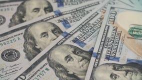 Papiergeldomwenteling De achtergrond met het geld van de Amerikaanse honderd dollarsrekeningen draait linksdraaiend sluit stock footage