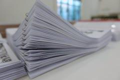 Papiergeschäftsunterlagen von fertigem gestapelt Stockfotografie
