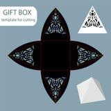 Papiergeschenkbox, Spitzemuster, Pyramide mit einer quadratischen Unterseite, herausgeschnittene Schablone, verpackend für Einzel Stockbild