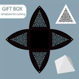 Papiergeschenkbox, Spitzemuster, Pyramide mit einer quadratischen Unterseite, herausgeschnittene Schablone, verpackend für Einzel Lizenzfreie Stockfotografie