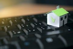 Papierhaus auf einer Computertastatur: Hypothek und Darlehenskonzept lizenzfreie stockfotos