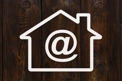Papierhaus mit E-Mail-Zeichen nach innen Abstraktes Begriffsbild Stockfotografie