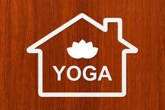 Papierhaus mit Lotosblume nach innen Begriffsbild des abstrakten Yoga Stockbilder