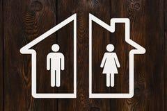 Papierhaus mit Mann und Frau nach innen Scheidungskonzept Stockfoto