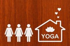 Papierhaus mit YOGA-Text nach innen Abstraktes Begriffsbild Lizenzfreies Stockfoto