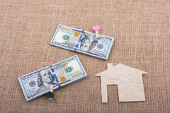 Papierhaus neben US-Dollar Banknote Stockbild